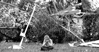 11mai2015---charles-athrom-7-senta-se-em-frente-a-sua-casa-destruida-apos-um-tornado-que-destruiu-a-regiao-de-van-no-texas-1431375876856_956x500